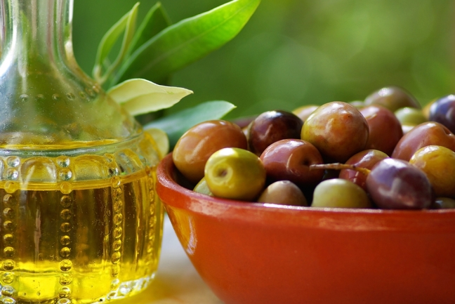 Olive-oil-and-mature-olives.-